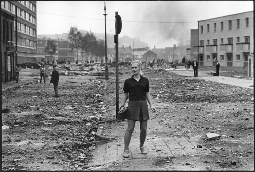 Gilles Caron. Picture of Ann Kelly in the the aftermath of riots between Catholics and the Ulster police, Londonderry, Northern Ireland (August 1969). © Gilles Caron, 2013/Fondation Gilles Caron.