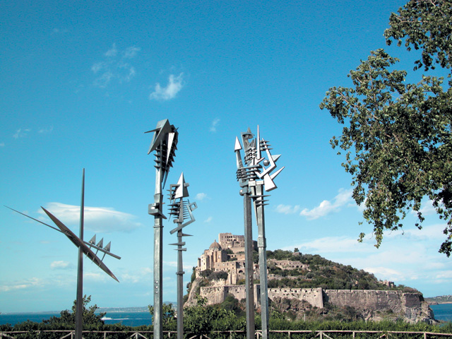 Arnaldo Pomodoro. Scettro, I, II, III, IV, V, 1987-1988. Aluminium, height from 550 to 600 cm. Exhibition at Torre Guevara, Ischia, 2003. Photograph: Enzo Rando.