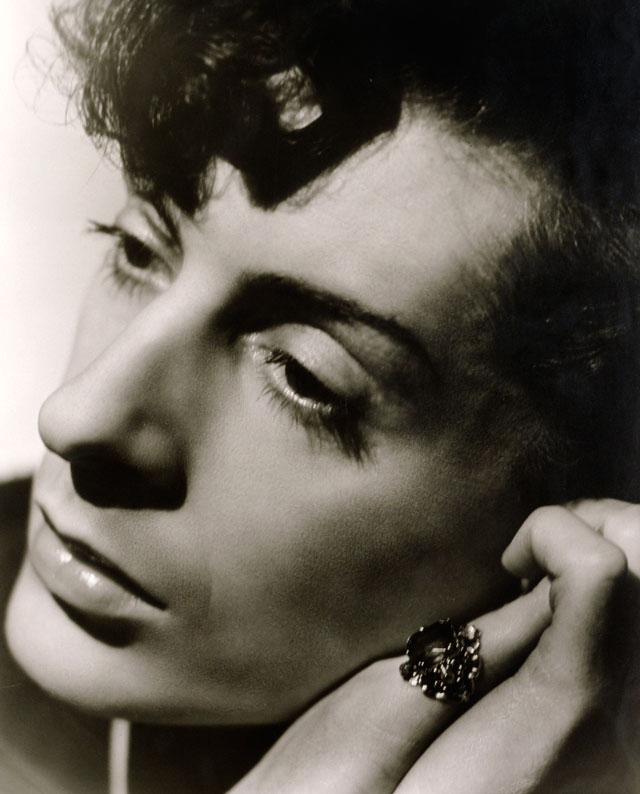 Angus McBean. Quentin Crisp, 1941. Bromide print. National Portrait Gallery (London, UK). © Estate of Angus McBean / National Portrait Gallery, London.