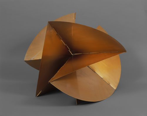 Lygia Clark. Machine–Medium, 1962. Golden aluminum, approx. 48.2 x 66.1 x 61 cm. Coleccíon Patricia Phelps de Cisneros. 