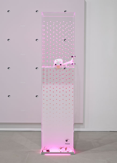 Timur Si-Qin. Premier Machinic Funerary X: KNMWT 15000, 2014. Plexi glass vitrine with UV print and aluminium plinth, LED light system, 3-D-printed skull, 172.5 x 40 x 26 cm (67⅞ x 15¾ x 10¼ in). Image courtesy the artist and Société. Photograph: Peter Mallet. © the artist.