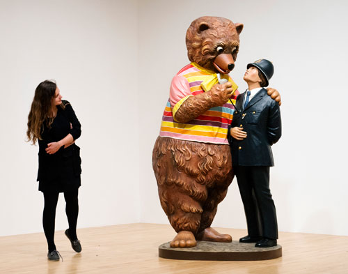 Jeff Koons. Bear and Policeman, 1988. © Jeff Koons.