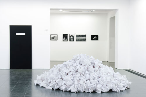 Reiner Ruthenbeck. White Paper Heap. 600 sheets of paper, 300 cm diameter. Courtesy Stiftung Kunstfonds for Reiner Ruthenbeck. Image © READS 2014.