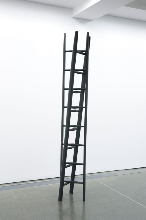 Reiner Ruthenbeck. Double Ladder. Painted wood, 253.5 x 39 x 39 cm. MMK Museum für Moderne Kunst Frankfurt am Main. Image © READS 2014.
