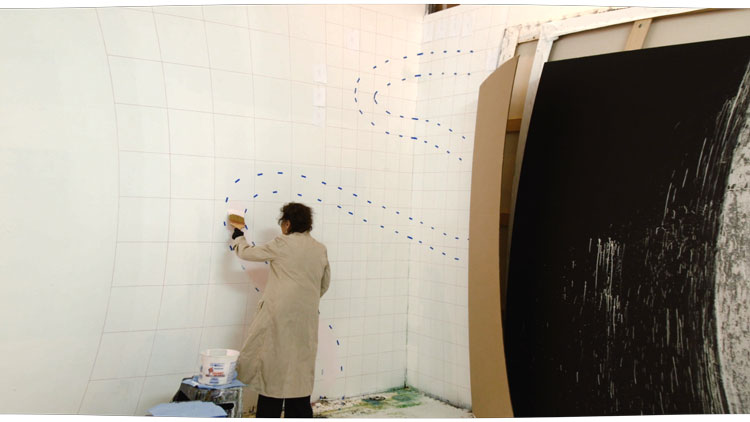 Pat Steir working in her studio. Photo courtesy Pat Steir and Veronica Gonzalez Peña.