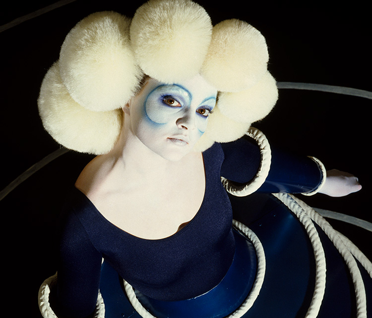 Robyn Beeche, Bauhaus (Spirals), 1986. Inspired by Oskar Schlemmer. Hair by Mitch Barry at Vidal Sassoon, make-up by Phyllis Cohen. Courtesy Robyn Beeche Foundation.