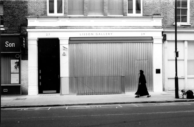 Santiago Sierra. Space closed off by corrugated metal (Lisson Gallery, London, UK, 2002). © Santiago Sierra; Courtesy Lisson Gallery