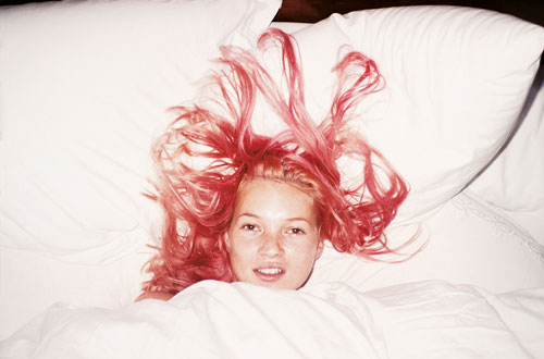 Juergen Teller. Young Pink Kate, London, 1998. C-Print, framed, 45 x 55.5 cm. © Juergen Teller and Christine König Galerie.