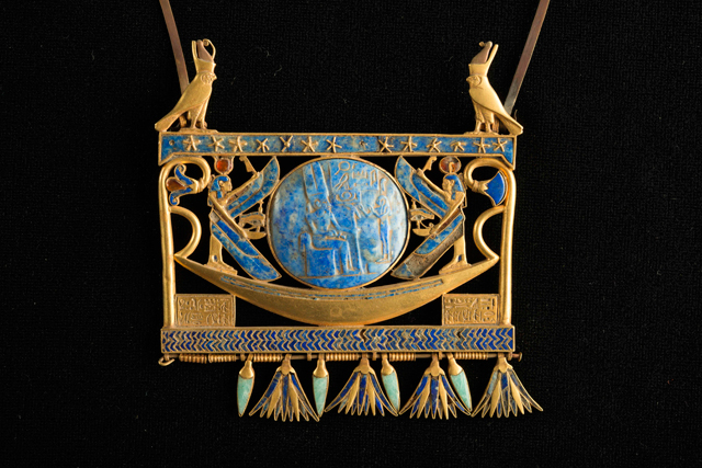 Pectoral in gold, lapis lazuli and glass paste, found in Tanis in the royal tomb of the Pharaoh Sheshonk II (~ 890 BC), Egyptian Museum, Cairo JE 72171. © Franck Goddio/Hilti Foundation. Photograph: Christoph Gerigk.