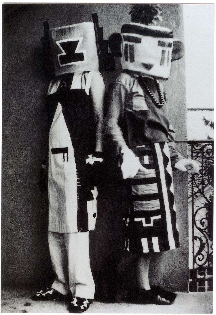 Sophie Taeuber Arp Duchamp, kendisini hiçbir zaman bir dadaist olarak tanımlamamakla birlikte, hazır yapımları birçok kişi tarafından dadaist objeler olarak görülür. sophie taeuber arp