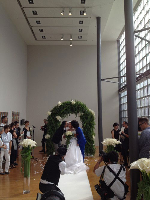 Micro-Events n°46. Wedding, Taniuchi marrying flower artist and the photographer. © Tsuneko Taniuchi Adagp, 2014 Paris.
