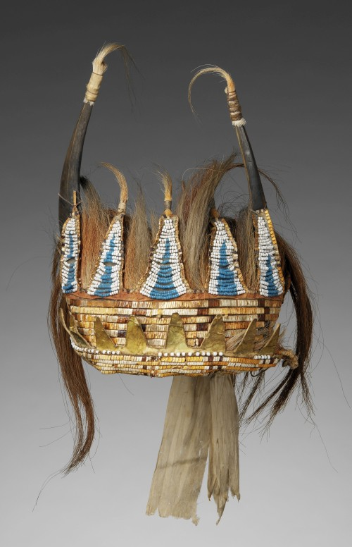 Horned Headdress, c1780. Eastern Plains artists, Lower Missouri River Region. Split bison horns, sinew, horsehair, deer hair, porcupine quills, glass beads, wood, metal cones, cotton cloth, awhide, birch bark (?), silk ribbon, pigment. 12 x 10 7/8 in x 16 ½ in (30.5 x 27.6 x 41.9 cm). Paris (France), musée du quai Branly. Photograph: Musée du quai Branly/Patrick Gries, Bruno Descoings. (Cat.16).