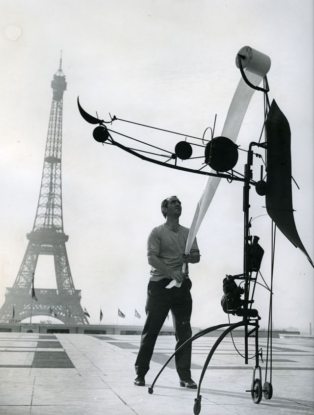 Jean Tinguely with Méta-Matic No. 17 in front of the Eiffel Tower, 1959. Photograph: John R. Van Rolleghem, c/o Pictoright Amsterdam, 2016.