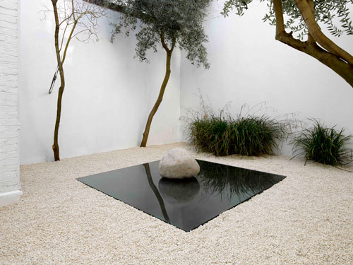 Lee Ufan. Relatum - Rest, 2013. Gravel, glass, steel, stone. Glass 250 x 250 x 2 cm; Steel 250 x 250 x 2 cm; Stone 70 x 70 x 70cm.