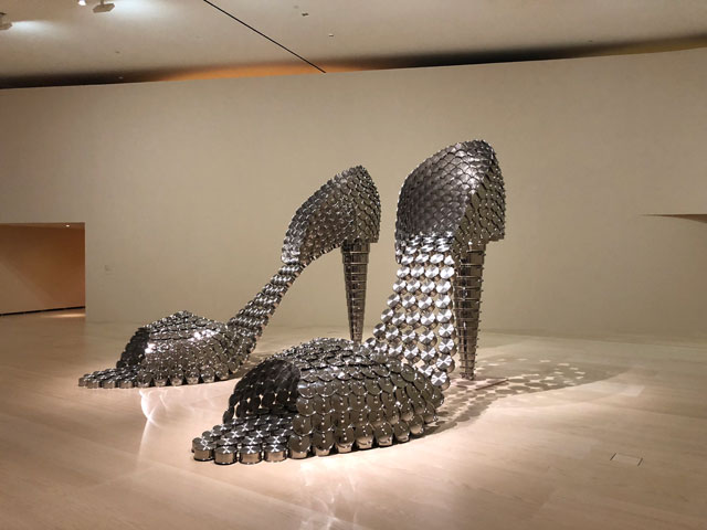 Joana Vasconcelos. Marilyn (AP), 2011. Stainless steel pans and lids, concrete, 297 X 155 X 410 cm each. Collection of the artist. Work produced with the support of Silampos, SA. © Joana Vasconcelos, VEGAP, Bilbao, 2018.
