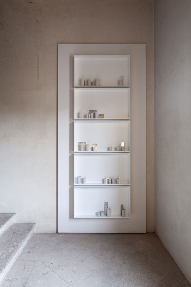 Edmund de Waal, a different breath, 2018. Jewish Museum, Stairwell. Part of Psalm, an exhibition in two parts at the Jewish Museum and Ateneo Veneto, Venice. Porcelain, platinum, silver, aluminium and glass, 272 x 94 x 12 cm overall. © Edmund de Waal. Courtesy of the artist. Photo: Fulvio Orsenigo.