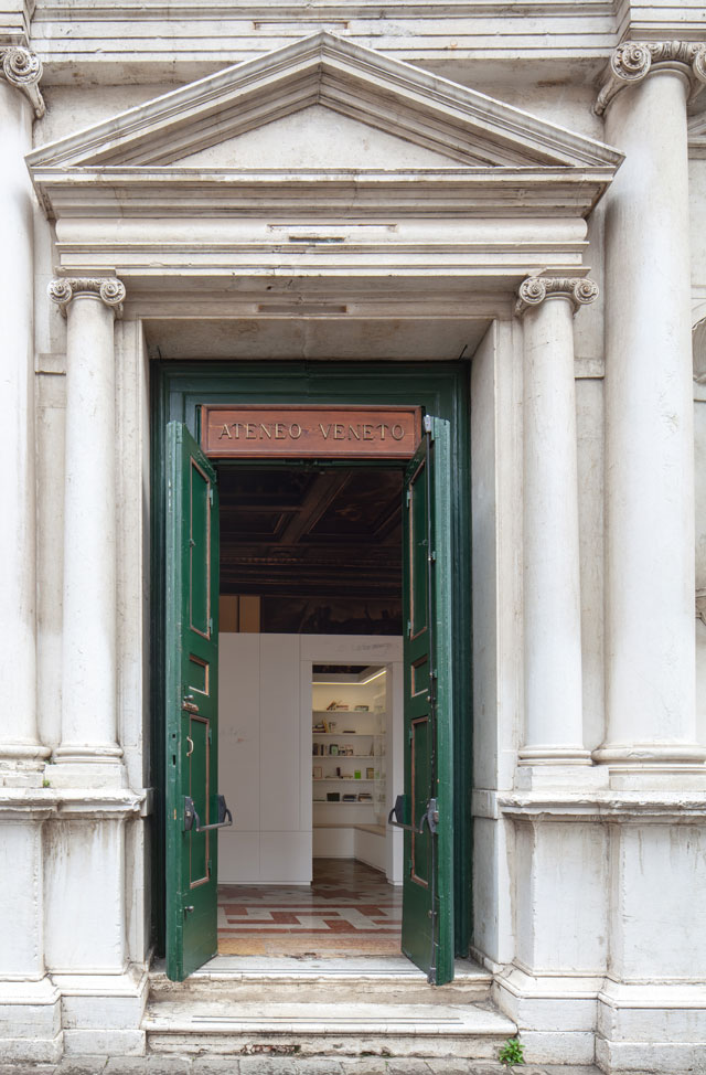 Edmund de Waal, the library of exile, 2019. Atone Veneto entrance. Part of Psalm, an exhibition in two parts at the Jewish Museum and Ateneo Veneto, Venice. © Edmund de Waal. Courtesy of the artist. Photo: Fulvio Orsenigo.