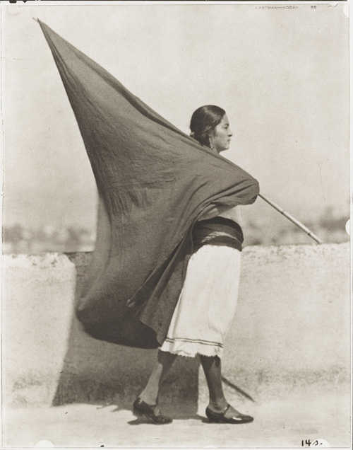Tina Modotti. Woman with Flag, 1928. Tirage argentique, tirage 1976 par Richard Benson, 24.9 x 19.7 cm. Museum of Modern Art (MoMA), New York. Courtesy of Isabel Carbajal Bolandi © 2014. Digital image, The museum of Modern Art, New York/Scala, Florence.