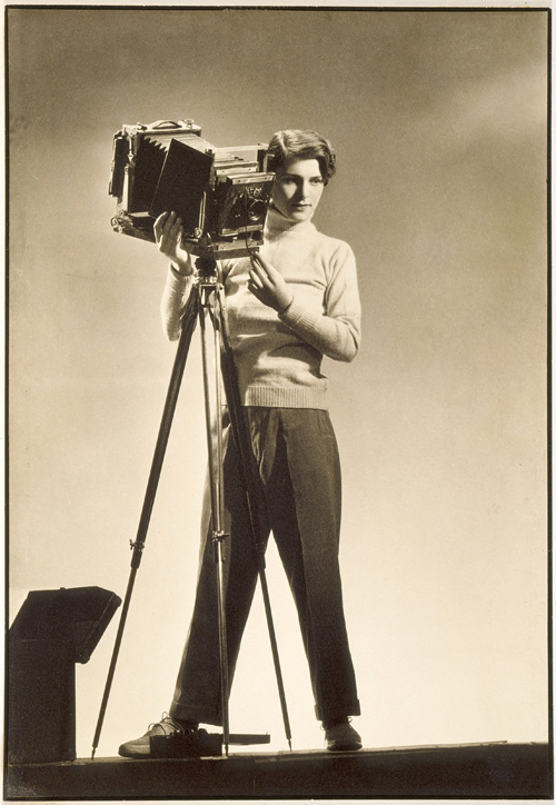 Margaret Bourke-White. Self-portrait with camera. Silver print, 34.9 x 22.7 cm. Los Angeles County Museum of Art (LACMA), Los Angeles. © Digital Image Museum Associates/LACMA/Art Resource NY/Scala, Florence.