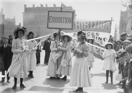 Christina Broom. Young suffragettes promoting the Women's Exhibition in Knightsbridge, London, May 1909. Photomechanical (postcard). London, Museum of London © Christina Broom/Museum of London.