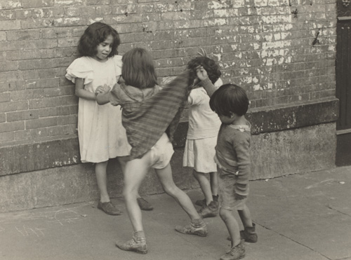Helen Levitt. New York, vers 1940. Tirage argentique, 9 x 14.7 cm. Washington, National Gallery of Art © Estate of Helen Levitt. © Photograph courtesy of the National Gallery of Art, Washington.