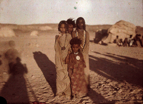 Helen Messenger Murdoch. Enfants de Bishareen, Assouan, Egypte, 1914. Autochrome (sous forme de projection). Bradford, National Media Museum. © Royal Photographic Society / National Media Museum Science & Society Picture library.