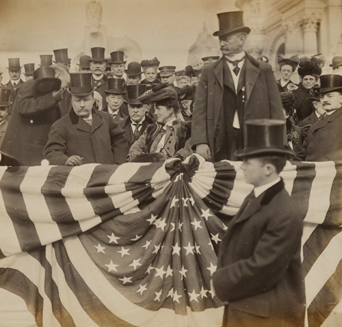 Jessie Tarbox Beals. Le Président des Etats-Unis Theodore Roosevelt, Edith Roosevelt et David Rowland à l'Exposition universelles de Saint-Louis, Missouri, 1904. Epreuve au gélatino-bromure d'argent, 18.4 x 19 cm. Washington, National Portrait Gallery, Smithsonian Institution. Digital image © National Portrait Gallery, Smithsonian Institution.