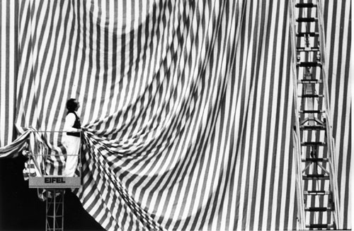 Benjamin Katz. Daniel Buren setting up his work <em>Without Title (red/white)</em> at the 'Westkunst' ('Art of the West') exhibition in Cologne, 1981 &copy; VG Bildkunst, Bonn