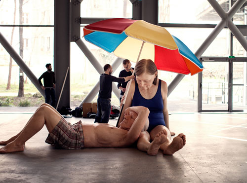 Ron Mueck. Couple under an umbrella © Ron Mueck. Set of the exhibition© Thomas Salva/Lumento for the Fondation Cartier pour l'art contemporain, 2013.